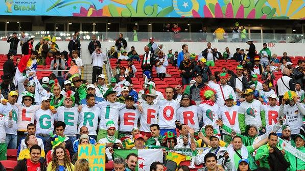 """Torcida da Argélia com camisetas """"Algerie Forever"""""""