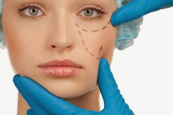 Rosto de mulher com linhas tracejadas para cirurgia plástica