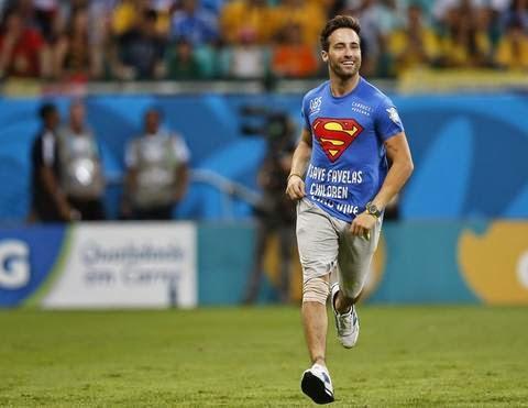 Mario Ferri com camisa do super-homem