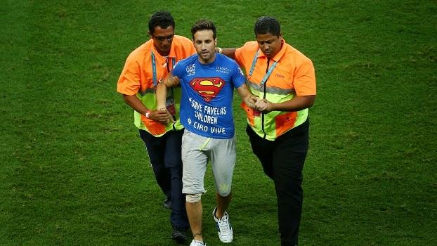 Mario Ferri com camisa do super-homem é detido por dois fiscais