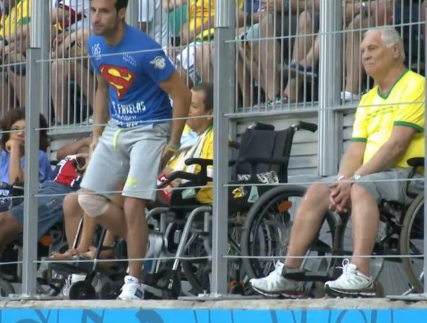 Mario Ferri se levanta de cadeira de rodas