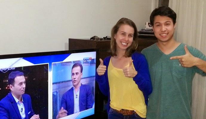 Elton Sato ao lado de mulher e TV
