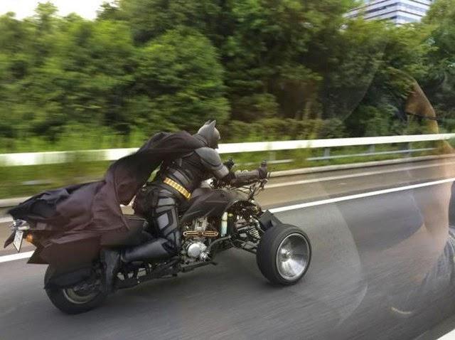 Batman em bat-triciclo