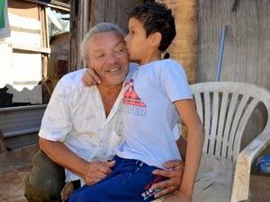 José Manoel das Neves carrega o filho nas costas