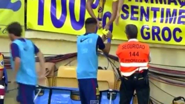 Neymar dá autógrafo a torcedor rival