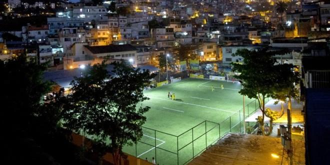 Campo de futebol no Rio é iluminado com energia gerada por jogadores