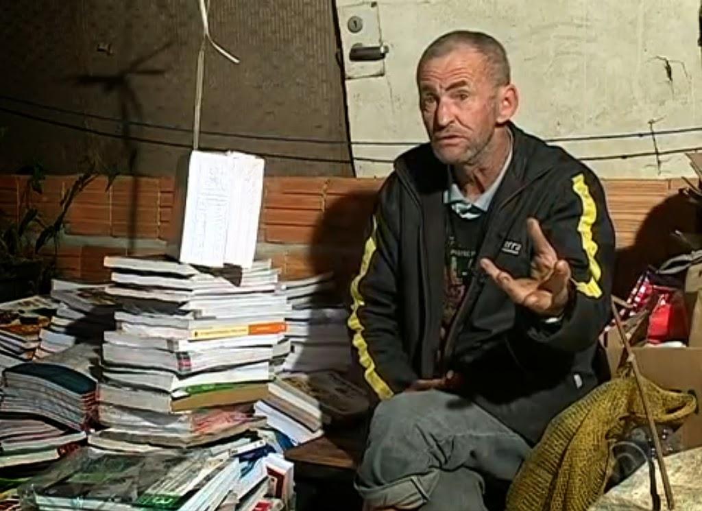 Antônio Osni Monn ao lado de livros