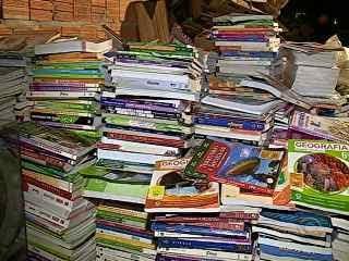 Livros descartados por diretor de escola em SC