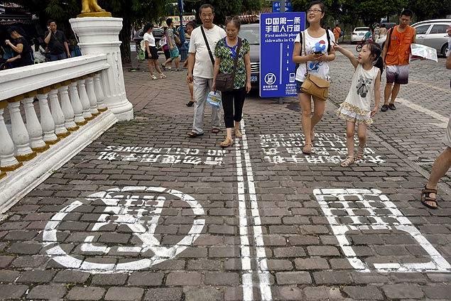Faixa de pedestres com celular no município Chongqing