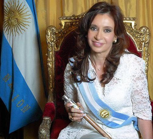 Cristina Kirchner com bandeira e faixa da Argentina