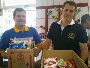 Daniel Bertini e alimentos doados em Descalvado