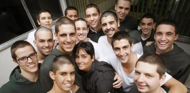 Alunos raspam cabelo em solidariedade a professora