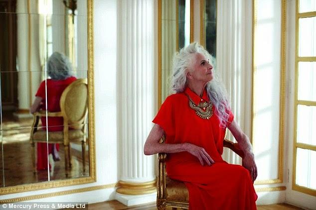 Daphne Selfe sentada com vestido vermelho