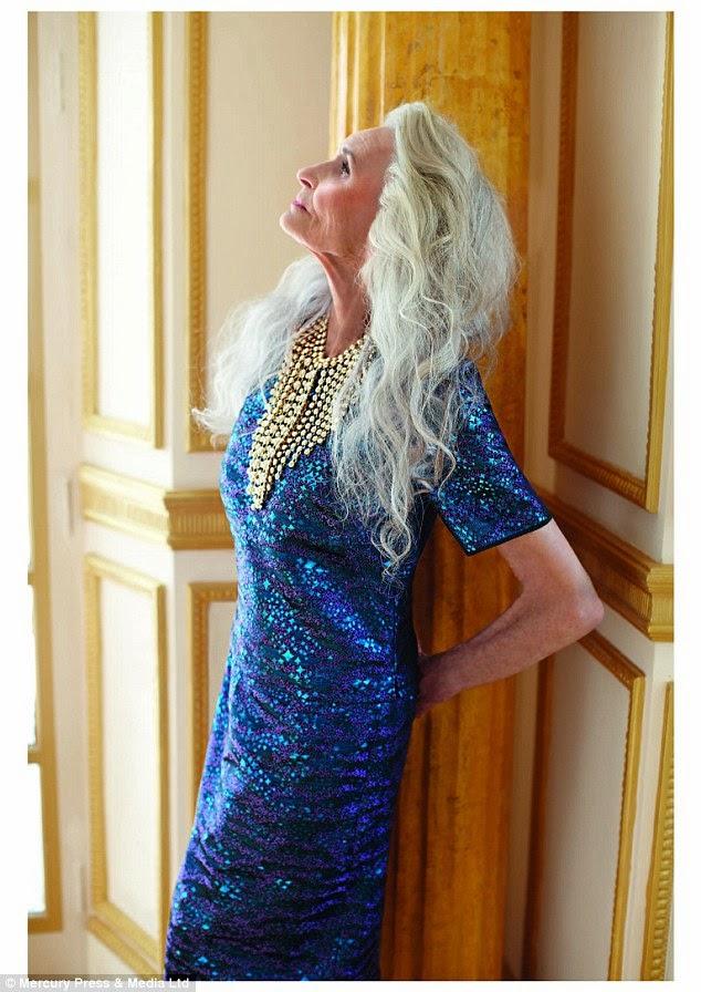 Daphne Selfe em pé com vestido azul