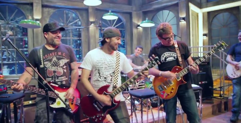 Mentos surpreende guitarrista em pegadinha 02