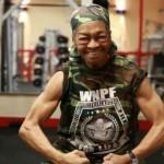 Senhora de 77 anos ganha prêmio de levantamento de peso nos EUA