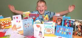 Após aniversário sem amigos, garoto recebe 400 cartões do mundo todo