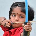 Menina indiana de dois anos bate recorde de tiro com arco