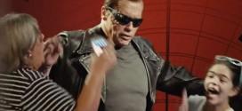 Arnold Schwarzenegger finge ser estátua de cera e assusta fãs em museu