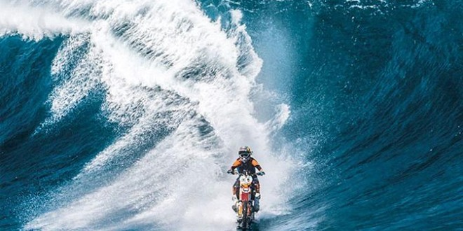Australiano cria moto capaz de surfar grandes ondas