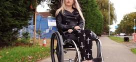 Blogueira de beleza emociona seguidores ao revelar que é paraplégica