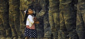 Menina interrompe cerimônia militar e corre para abraçar o pai que não via há oito meses