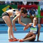 Após queda, corredora ajuda adversária a terminar a prova