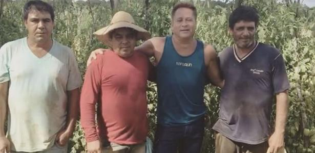 Cantor Leonardo reencontra amigos de plantação de tomate após 30 anos