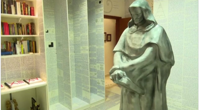 Mãe encontra paredes com símbolos e criptografia após jovem sumir no AC - Quarto