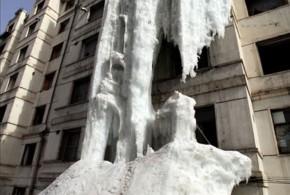 Torneira aberta no inverno produz cachoeira congelada em edifício