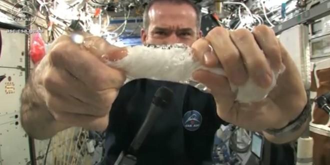 O que acontece ao torcer pano molhado no espaço