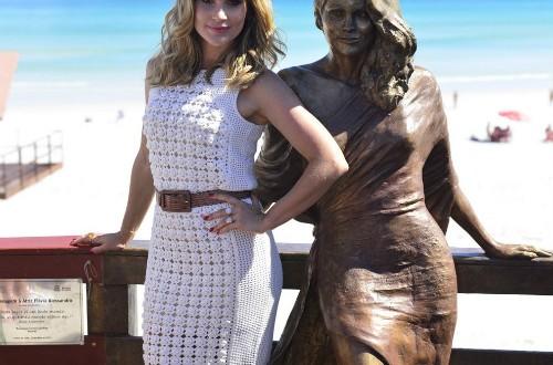 Cidade homenageia atriz Flávia Alessandra com estátua em tamanho real