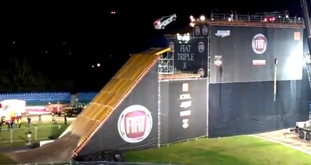 Vídeo: Fiat Punto falha em salto a 20 metros de altura