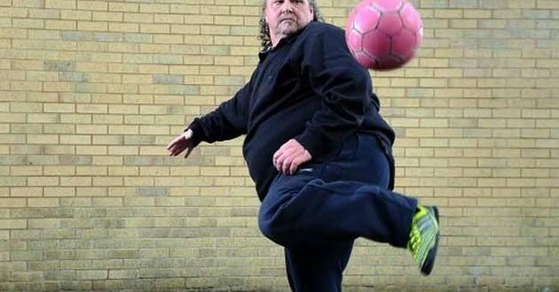 Britânico de 50 anos e 130kg faz sucesso no futebol freestyle