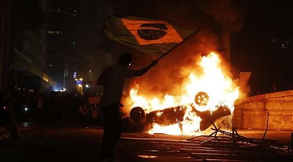 'Vaquinha' na internet tenta repor carro incendiado em protesto no Rio