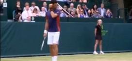 Tenistas Djokovic e Dimitrov imitam Sharapova em jogo-exibição