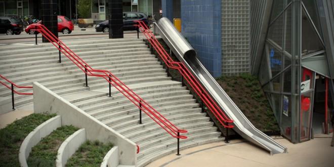 Escorregadores ao lado de escadas facilitam o fluxo de pedestres