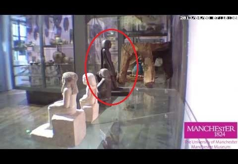 Estátua se move sozinha em museu da Inglaterra