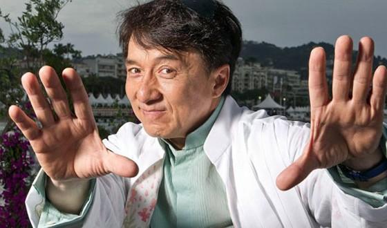 """Ator Jackie Chan """"sai do armário"""""""