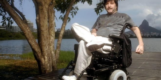 Escritor cadeirante leva multa em vaga para deficiente