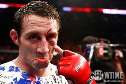 Lutador do UFC diz que ganharia mais como lixeiro