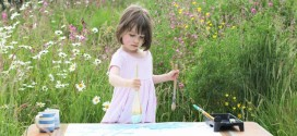 Menina autista de 3 anos pinta quadros que lembram Monet e Renoir