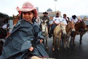 Menina viaja 17 dias no lombo de um cavalo para ver o papa em Aparecida