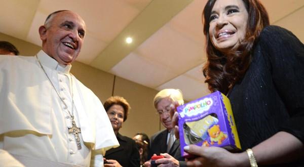Papa presenteia neto de Cristina Kirchner com sapatinhos brancos