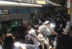 Japoneses empurram vagão para salvar mulher presa entre trem e estação