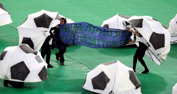 Voluntários protestam durante festa de encerramento da Copa das Confederações