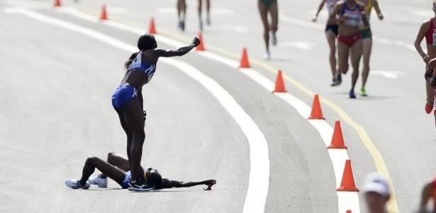 Atleta passal mal durante maratona e rival sai da prova para ajudá-la