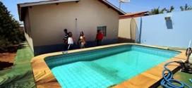 Cubanas vão dividir casa com piscina e trabalhar em posto sem banheiro