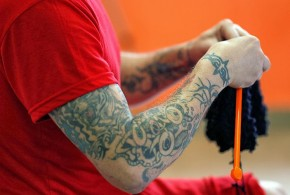 Detentos fazem tricô e crochê em penitenciária de segurança máxima