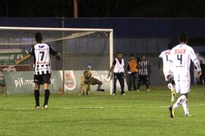 Massagista invade o campo e evita gol decisivo na série D